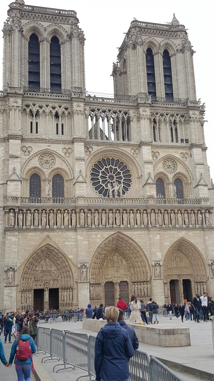 Нотрдам в центре Парижа