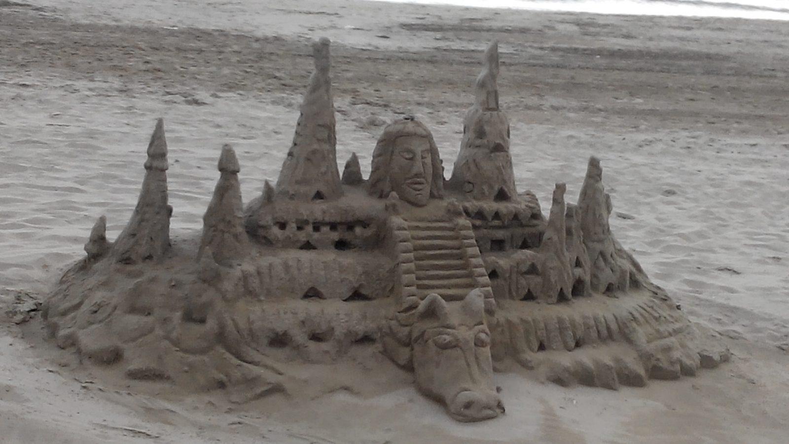 Песочные фигуры на побережье Испании