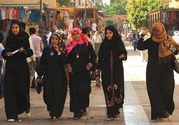 Женщины все в черном в Египте